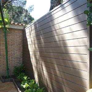 revestimiento-madera-sintetica-pared-patio-arena